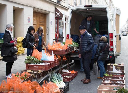 Déballage au pied du camion du mini marché sur l'asphalte